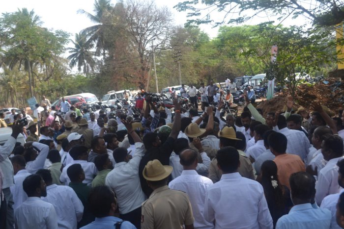Congress and JD(S) clashed, during the groundbreaking ceremony of a hospital building in Hunsur on Monday. dh photo