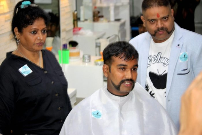 Nanesh Thakur (behind) gave over 650 people a look similar to that of Abhinandan free of cost.
