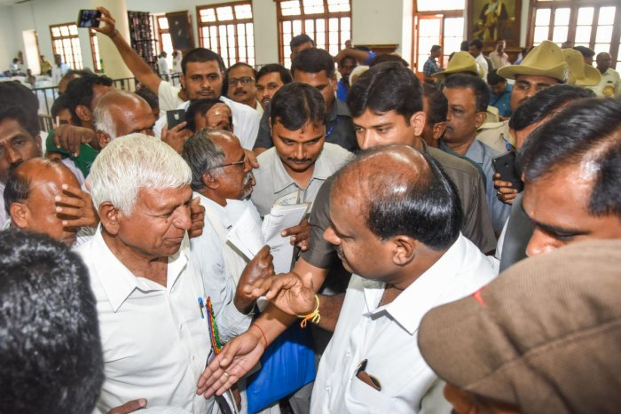 H D Kumaraswamy, Chief Minister interacting with farmers at award presentation programme by Agriculture Department at Banquet Hall, Vidhana Soudha in Bengaluru on Wednesday. Photo by S K Dinesh