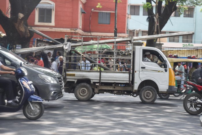 Goods vehicles in Bengaluru carry steel pipes jutting out and posing dangers to road users. DH Photos by S K Dinesh