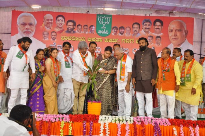 Union Textiles Minister Smriti Irani inaugurates Modi Vijay Sankalp Yatre in Gadag on Thursday. BJP state president B S Yeddyurappa, MPs Shivakumar Udasi and P C Gaddigoudar, legislators B Sriramulu and CC Patil are seen.