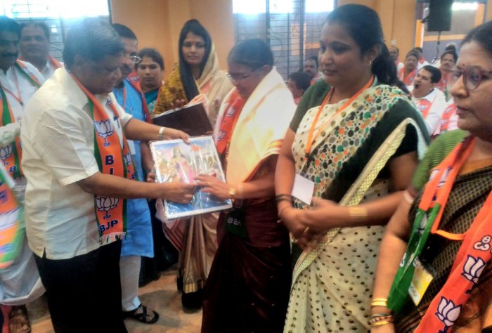 MLA Jagadish Shettar honours BJP's women workers on the occasion of the International Womens' Day, during the party's Shakti Kendra trainers' training workshop held in Hubballi on Friday.
