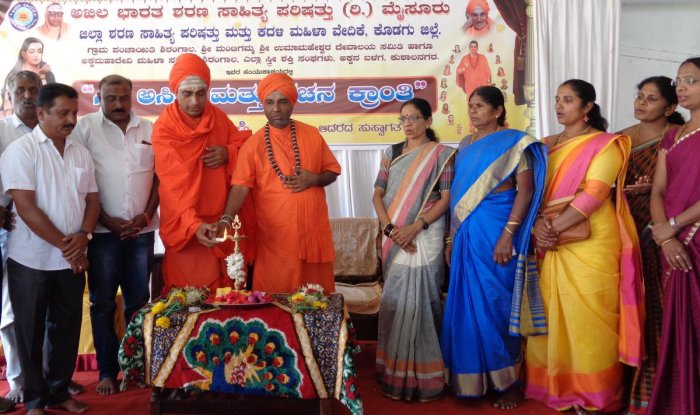 Basavapattana Thontadarya Samsthana Mutt seer Sri Swathantra Basavalinga Swami inaugurates the district-level convention on 'Feminine Identity and Revolution in Vachanas' at Shirangala in Kushalnagar on Saturday.