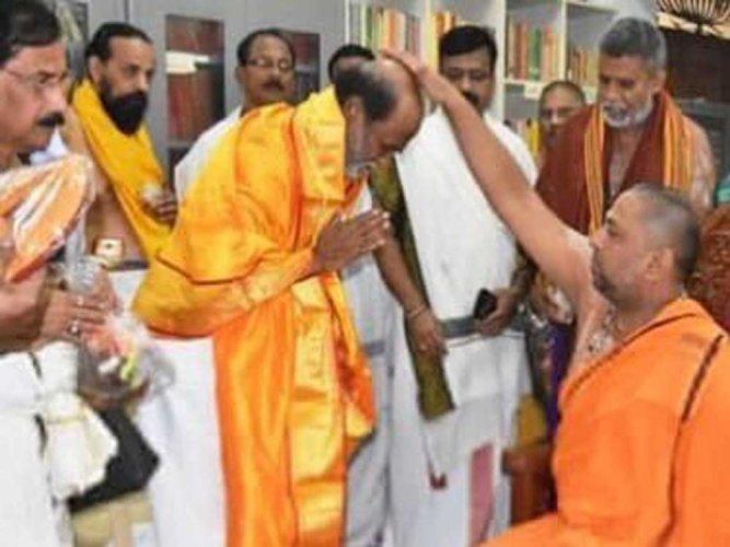 Rajinikanth visits Mantralaya, receives seer's blessings