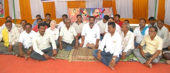 Leaders of various parties took part in the hunger strike near Visvesvaraya statue in Mandya on Sunday.