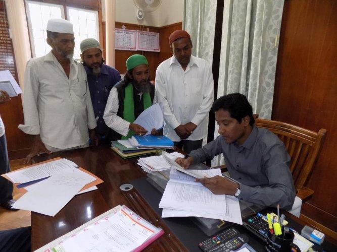 Muharram-Ul-Haram Mujawar Samithi members submit a memorandum to Deputy Commissioner Bagadi Gautham in Chikkamagaluru on Monday.