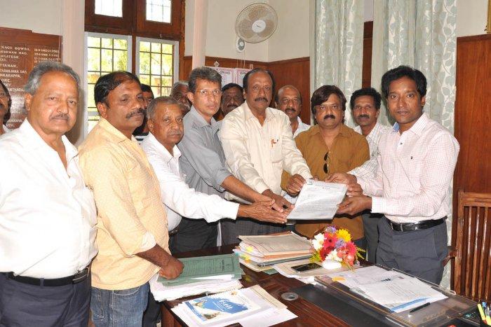 Members of Karnataka Growers Federation submit a memorandum to Deputy Commissioner Bagadi Gautham in Chikkamagaluru on Wednesday.
