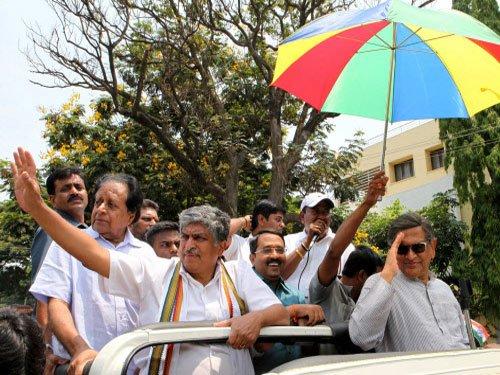Bangalore candidates toil under hot sun