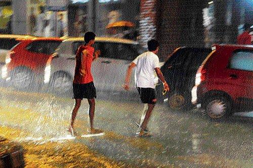 Heavy rain lashes City, outskirts