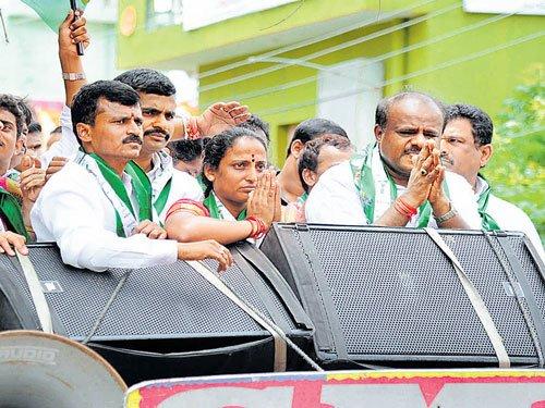Congress, BJP offering money for votes, says Kumaraswamy