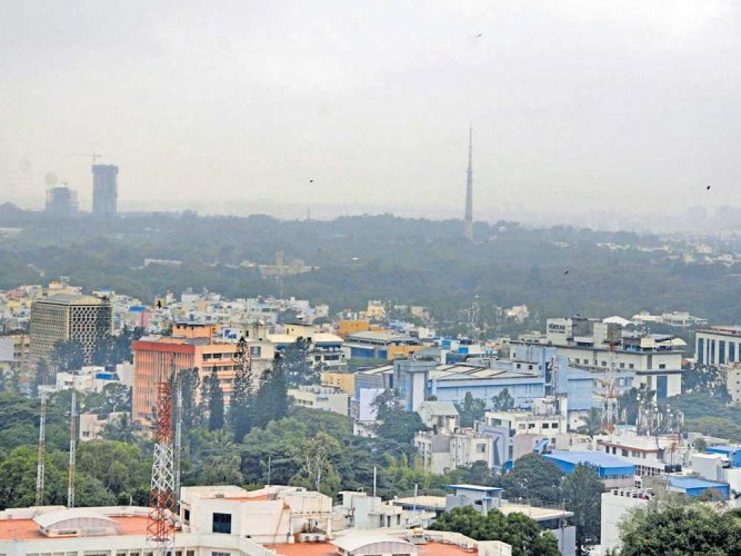 Cloudy sky, light rain to continue in city