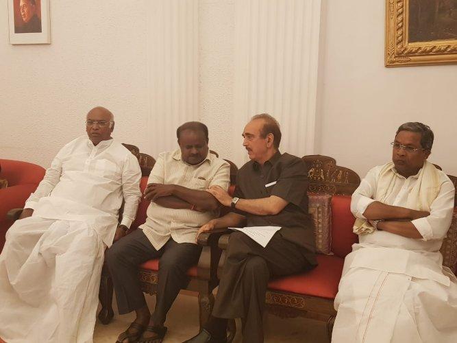 Janata Dal (Secular) chief H D Kumaraswamy along with Congress leaders Mallikarjun Kharge, Ghulam Nabi Azad and Siddaramaiah. (DH Photo)