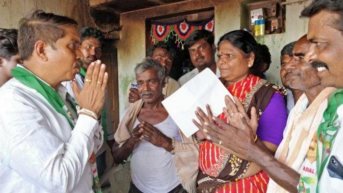 JD(S) candidate Sudhakar Lal is seen seeking votes from the people of Kodagadala in Koratagere, Tumakuru district. DH PHOTO