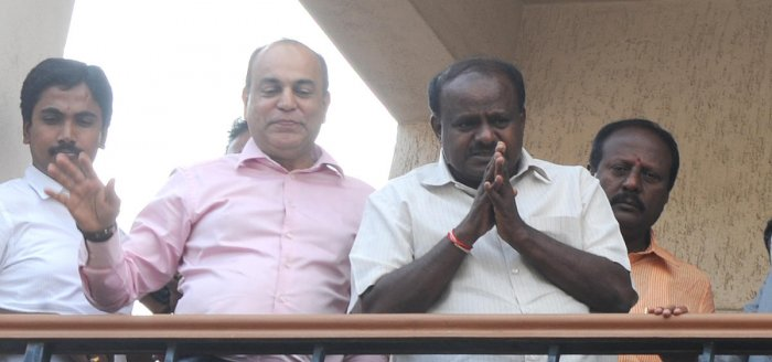 H D Kumaraswamy says thanks to his supporters from his father resiodence balcony at Padmanabhanagar residence in Bengaluru on Tuesday. Photo Srikanta Sharma R.