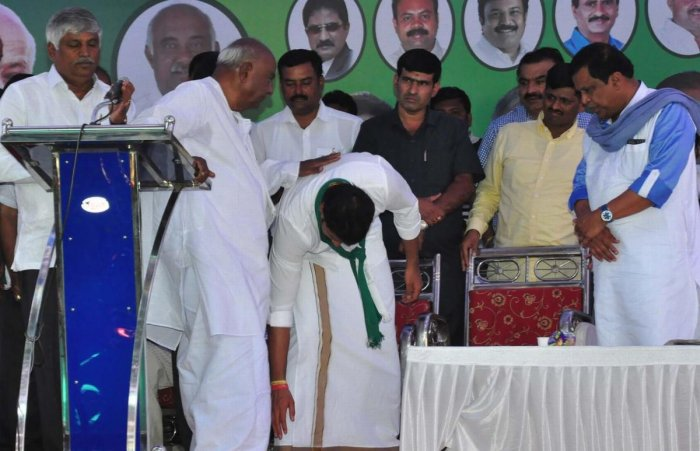 JD(S) candidate Nikhil Kumaraswamy receives blessings from his grandfather-JD(S) national president H D Deve Gowda in Mandya. DH photo