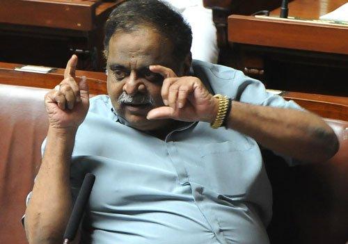 K'taka assembly: Now, Ambareesh, S S Mallikarjuna caught watching video