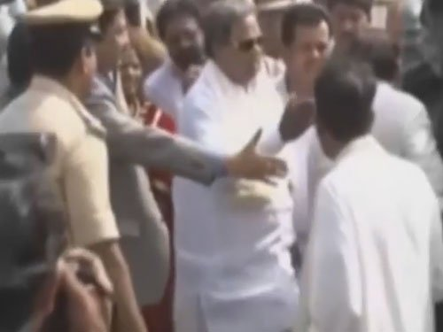 Siddaramaiah in row for 'slapping' official, denies doing so