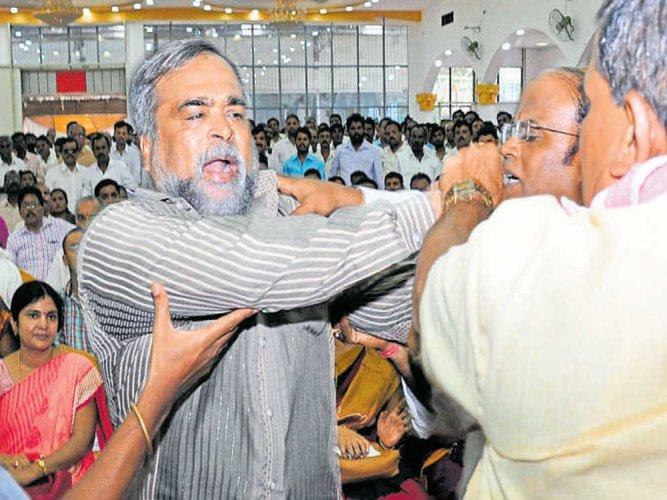 Yeddyurappa, Eshwarappa supporters come to blows