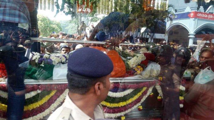 Rebel StarAmbareesh's funeral procession in Bengaluru. DH photo