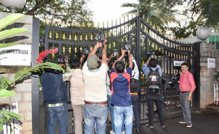 Media persons waiting outside the former chief minister Siddaramaiah's residence Caveri, where he meets with Jarkiholi brothers, in Bengaluru on Monday. DH Photo/ B H Shivakumar