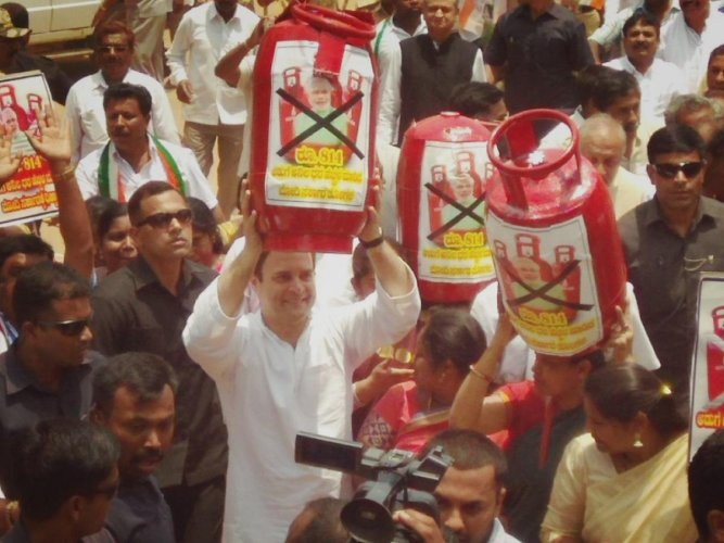 AICC President Rahul Gandhi holds a model of LGP gas cylinders as a mark of protest at Malur, Kolar district, on Monday. DH Photo