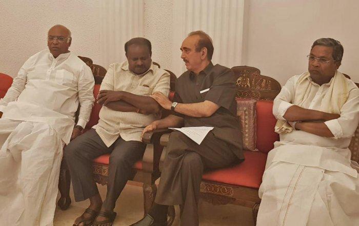 Congress leaders Mallikarjuna Kharge, Gulamnabi Azad and Siddaramaiah, having a word with JD(S) state president H D Kumaraswamy when they go to Raj Bhavan Bengaluru on Tuesday.
