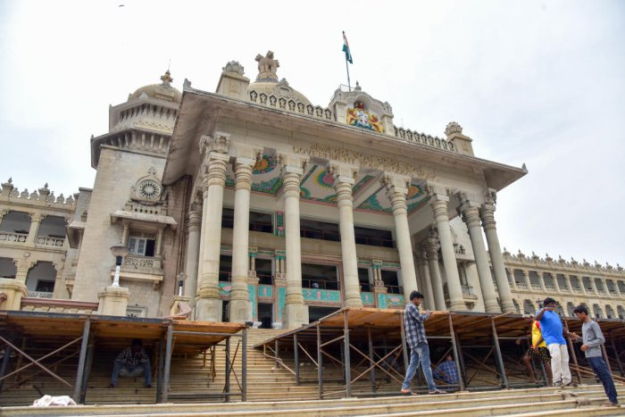 Workers are busy installing the stage on the grand stairs of the Vidhana Soudha on Monday, for the oath-taking ceremony of chief minister-designate H D Kumaraswamy scheduled to be held on Wednesday. DH Photo