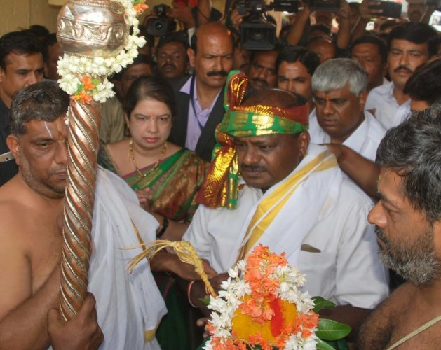 Chief Minister-elect H D Kumaraswamy, his wife Anitha Kumaraswamy and his brother, MLA H D Revanna perform rituals at a temple.