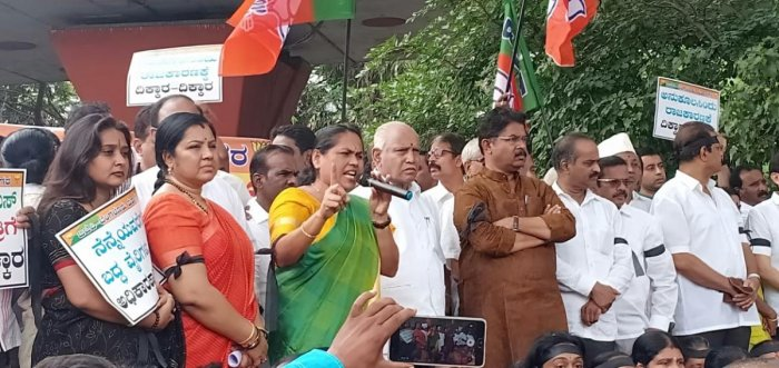 BJP leaders and workers protest the formation of the government by the 'unholy' JD(S)-Congress combine in front of the Gandhi Statue in Bengaluru on Wednesday. DH Photo.