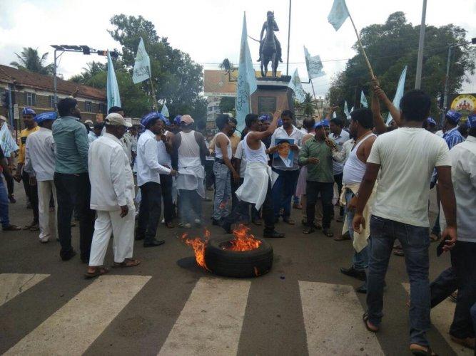 Manava Bandhutav Vedike members stage a protest at Chennamma Circle in Belagavi seeking a ministerial berth to Satish Jarkiholi on Thursday. DH Photo
