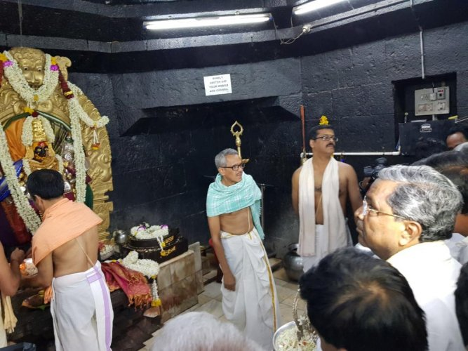Former Chief Minister Siddaramaiah offers special puja at Banashankari temple near Badami town on Thursday. DH Photo