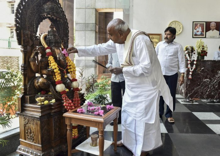 New Delhi: Former prime minister HD Deve Gowda offers prayers after a press conference at Karnataka Bhawan, in New Delhi on Thursday. PTI Photo