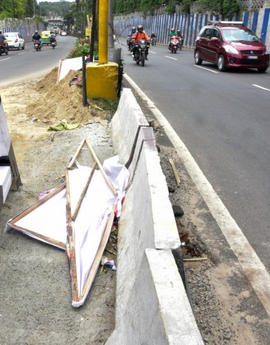 The High Court of Karnataka has allowed temporary hoardings in the city to advertise for Aero India 2019, after the BBMP agreed to ensure that the materials used are 100% PVC free. DH file photo