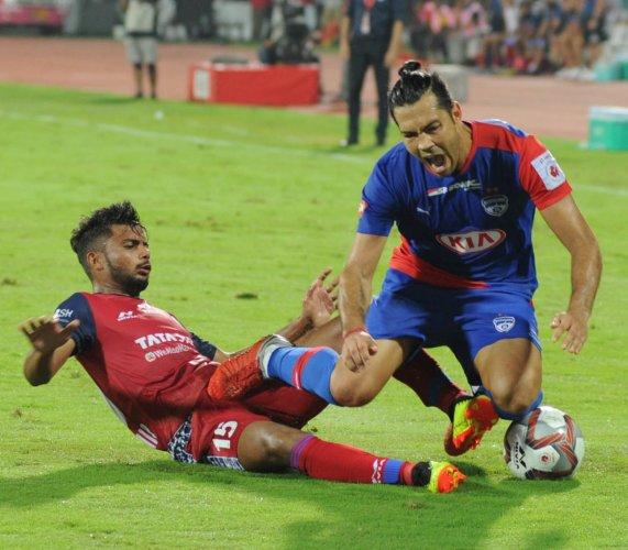 Jamshedpur FC's Mohammad Mobasshir (left) halts Bengaluru FC's Miku during their ISL match at the Sree Kanteerava Stadium in Bengaluru. DH Photo/ B H Shivakumar