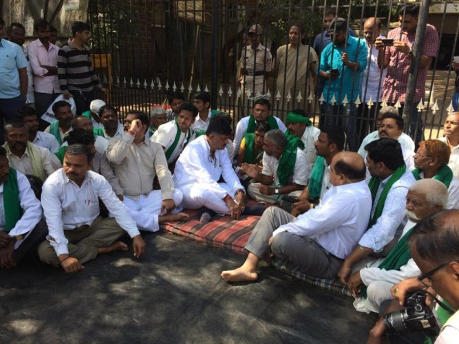 Water Resource Minister D K Shivakumar parleys with protesting sugarcane farmers in Belagavi on Friday. DH photo.