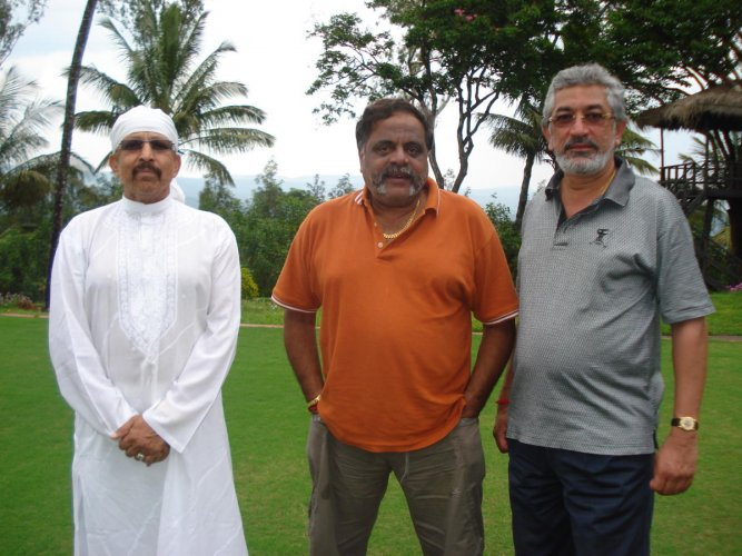 Ambareesh flanked by Vishnuvardhan and Bettageri Estate owner Vinod Shivappa.