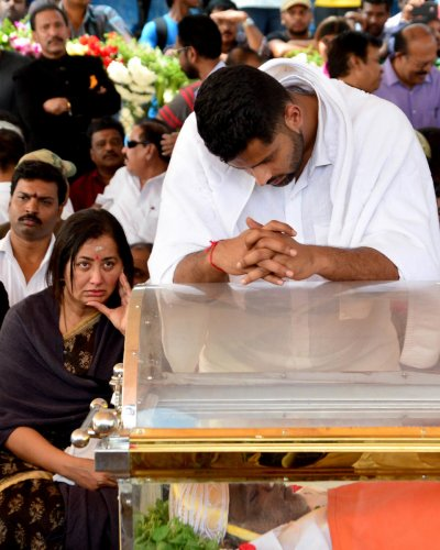 INCONSOLABLE: Sumalatha and Abhishek Gowda, wife and son of Ambareesh, mourn near his coffin at Shree Kanteerava stadium in Bengaluru on Sunday. DH photo/Ranju P