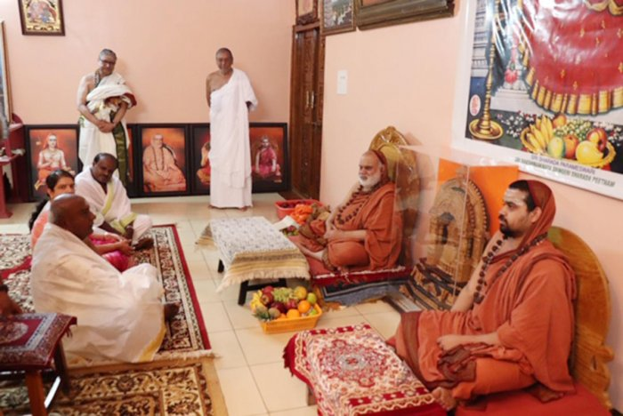JD(S) supremo H D Devegowda and his family calls on the seers at Sringeri Sharada mutt on Thursday.
