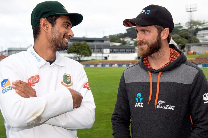 New Zealand's captain Kane Williamson (R) talks with Bangladesh's captain Mahmudullah after the second cricket Test match between New Zealand and Bangladesh at the Basin Reserve in Wellington on March 12, 2019. (AFP Photo)