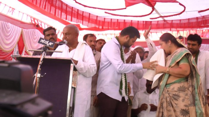 JD(S) supremo H D Deve Gowda, Prajwal and Bhavani Revanna break into tears at a party rally at Holenarasipur, Hassan district, on Wednesday. dh photo