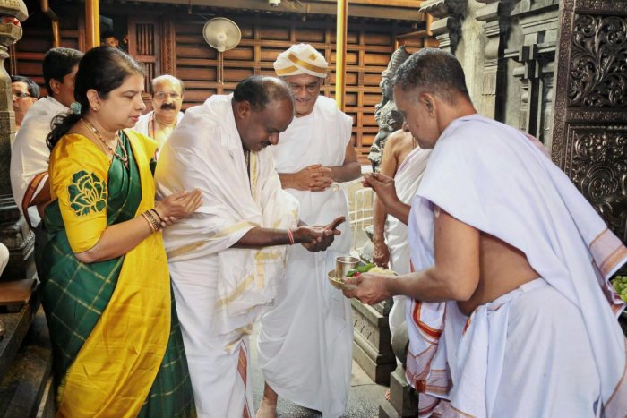 The then chief minister-designate H D Kumaraswamy and wife Anitha pay obeisance at the Manjunatha Swamy temple in Dharmasthala. Dharmasthala Dharmadhikari D Veerendra Heggade looks on. (DH File Photo)