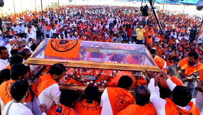 The mortal remains of Mathe Mahadevi are being shifted to samadhi sthal at Kudalasangama in Bagalkot district on Saturday. DH PHOTO