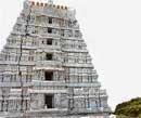 Kalahasthi temple tower collapses