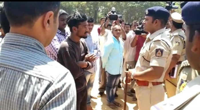 Irked by the unkempt appearance of a history-sheeter, N Shashikumar, DCP (North), brought in a barber to trim the miscreant's hair at a parade on Sunday.