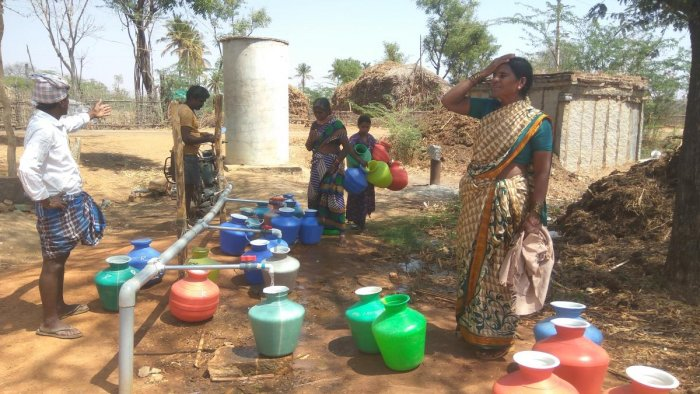 In Jakkenahalli, about 400 houses depend on water pumped from 2 km away. The water tank in the village has remained empty for the last three months. dh photo/ Chiranjeevi Kulkarni