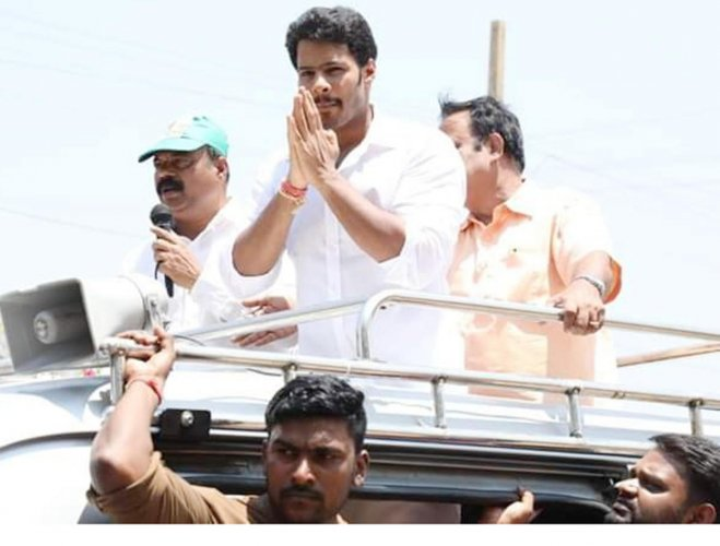 Nikhil Kumaraswamy takes part in a road show in Malavalli taluk, Mandya district, on Tuesday. dh photo