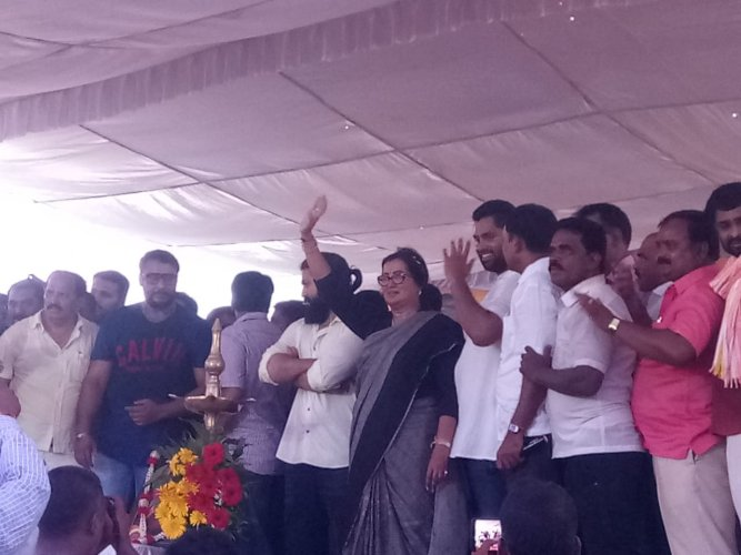Sumalatha Ambareesh arrived at Silver jubilee park, to address the gathering. Actors Yash and Darshan accompanied her. (DH Photo)