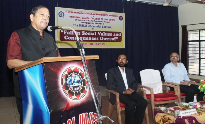 Former Lokayukta Justice Santosh Hegde speaks at a special lecture as a part of the decennial celebrations of the Karnataka State Law University at Vaikunta Baliga Law College in Udupi on Monday.