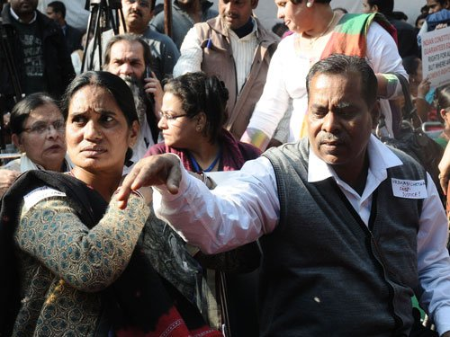 Gangrape victim's parents among those detained near India Gate