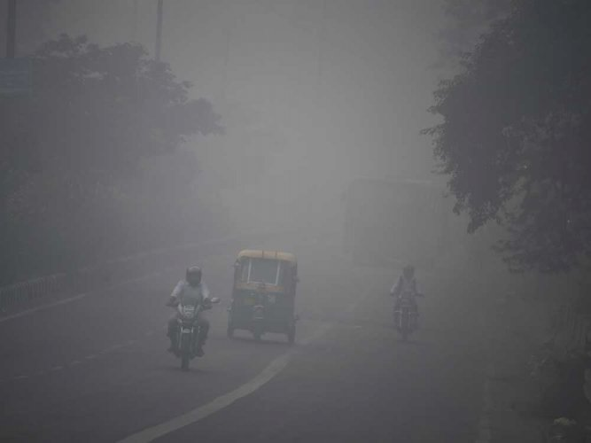 According to the data by Central Pollution Control Board (CPCB), the PM10 level (presence of particles with a diameter less than 10 mm) was recorded at 424 in Delhi-NCR and 420 in Delhi today. PTI file photo